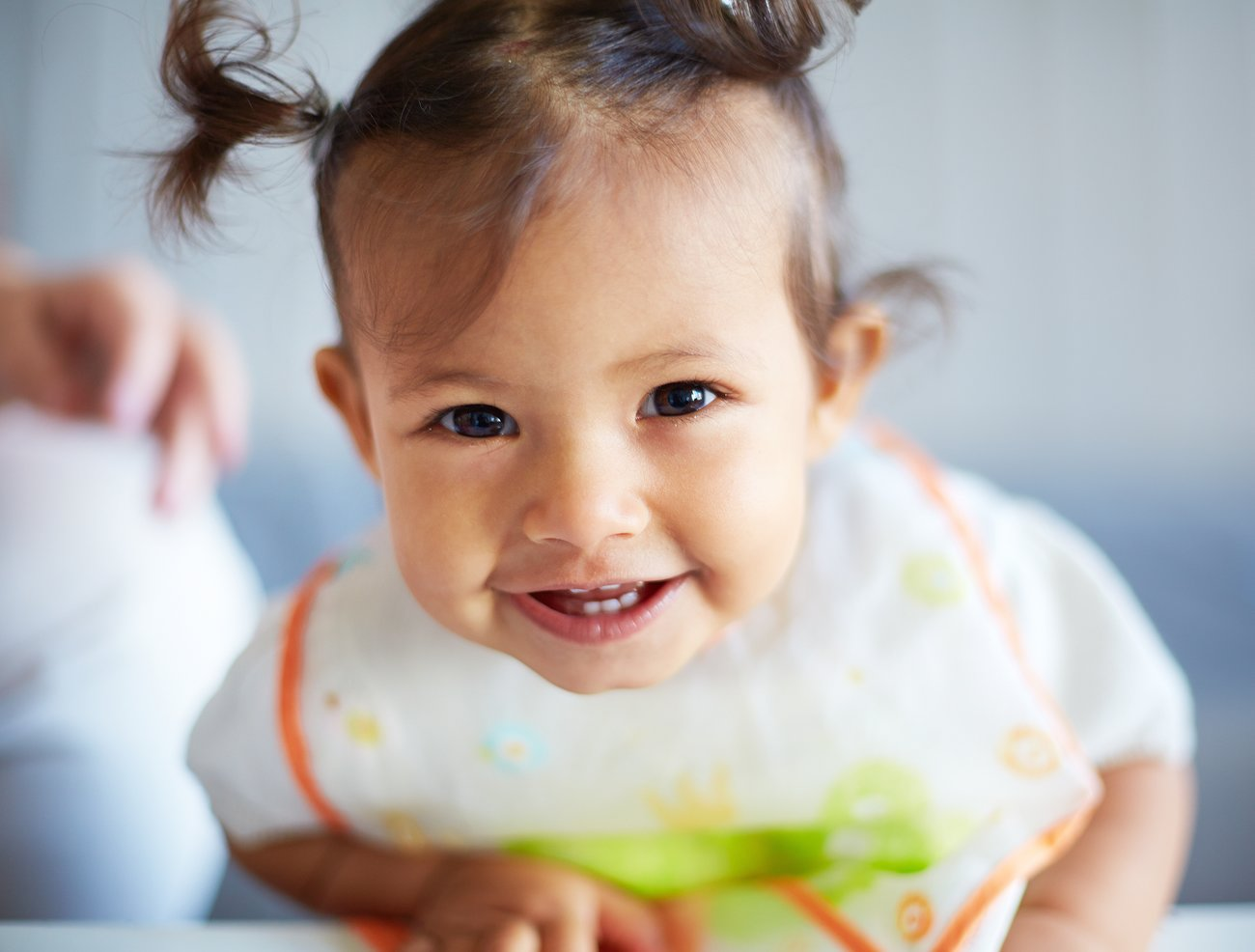 Lachendes kleines Mädchen