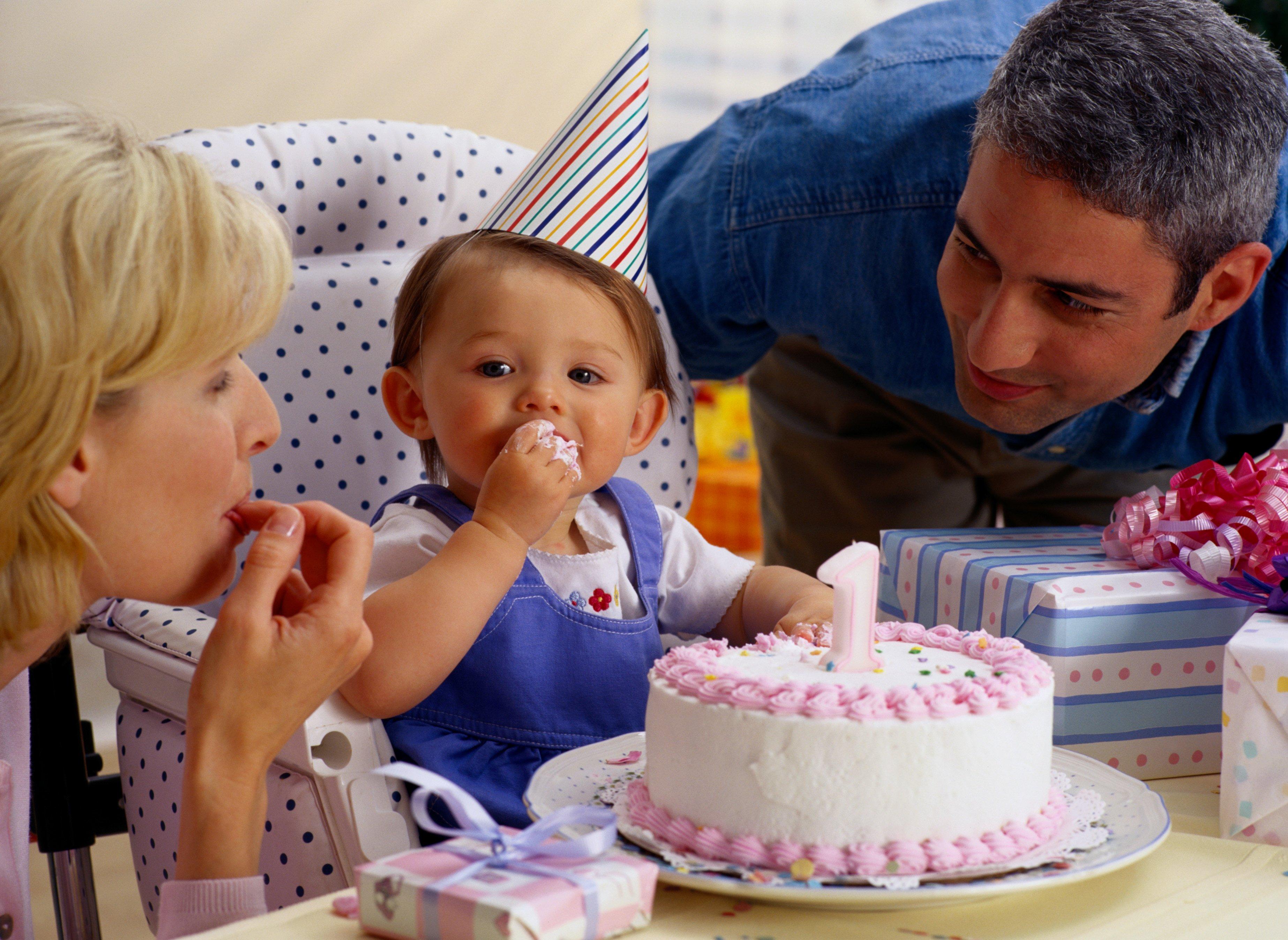 1. Geburtstag richtig feiern: Wie? Wo? Was schenken? | familie.de