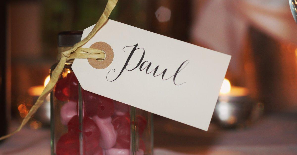 Namensschild basteln: Für Geschenke, Kinderzimmer, Tisch & Co. | familie.de