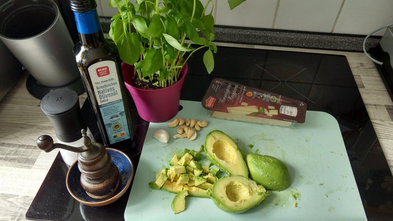 Avocado Pesto zubereiten