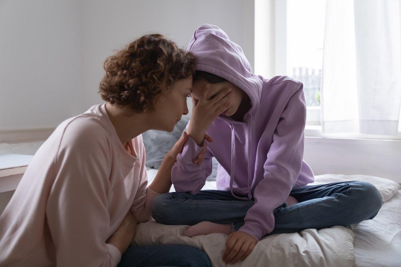 Mutter tröstet Tochter