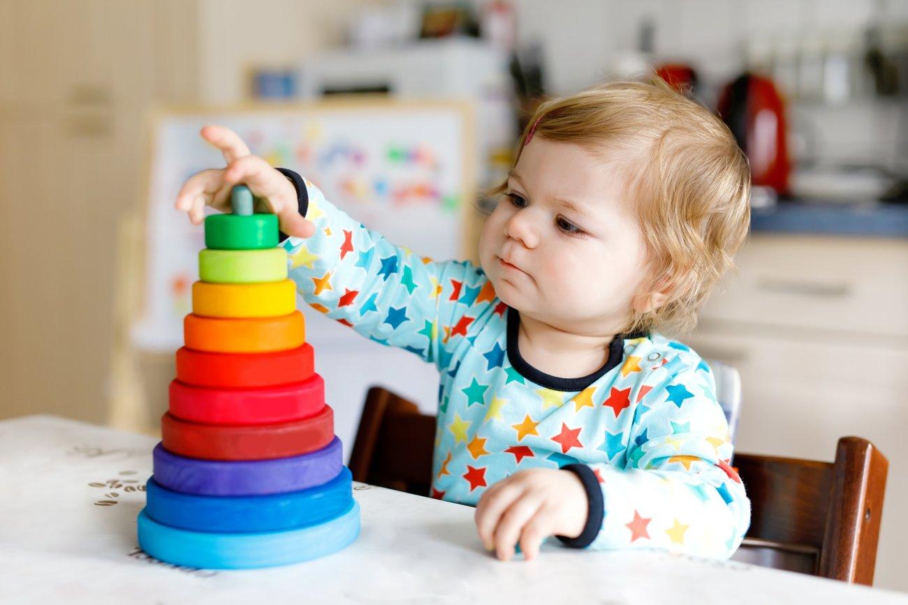 Kind spielt mit Montessori Spielzeug