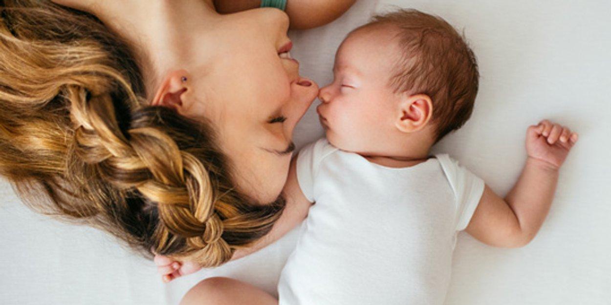 Familienbett: Schlafen Babys im Elternbett sicherer ...