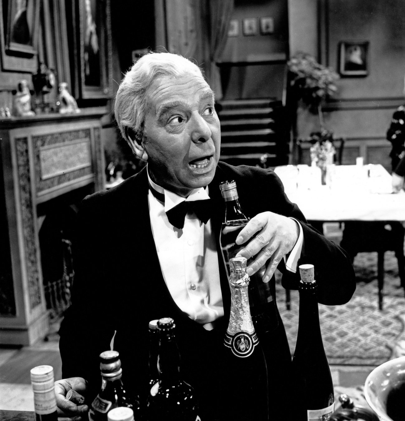Freddie Frinton als Butler James in dem Sketch Dinner for One oder Der 90 Geburtstag als Fernsehpro