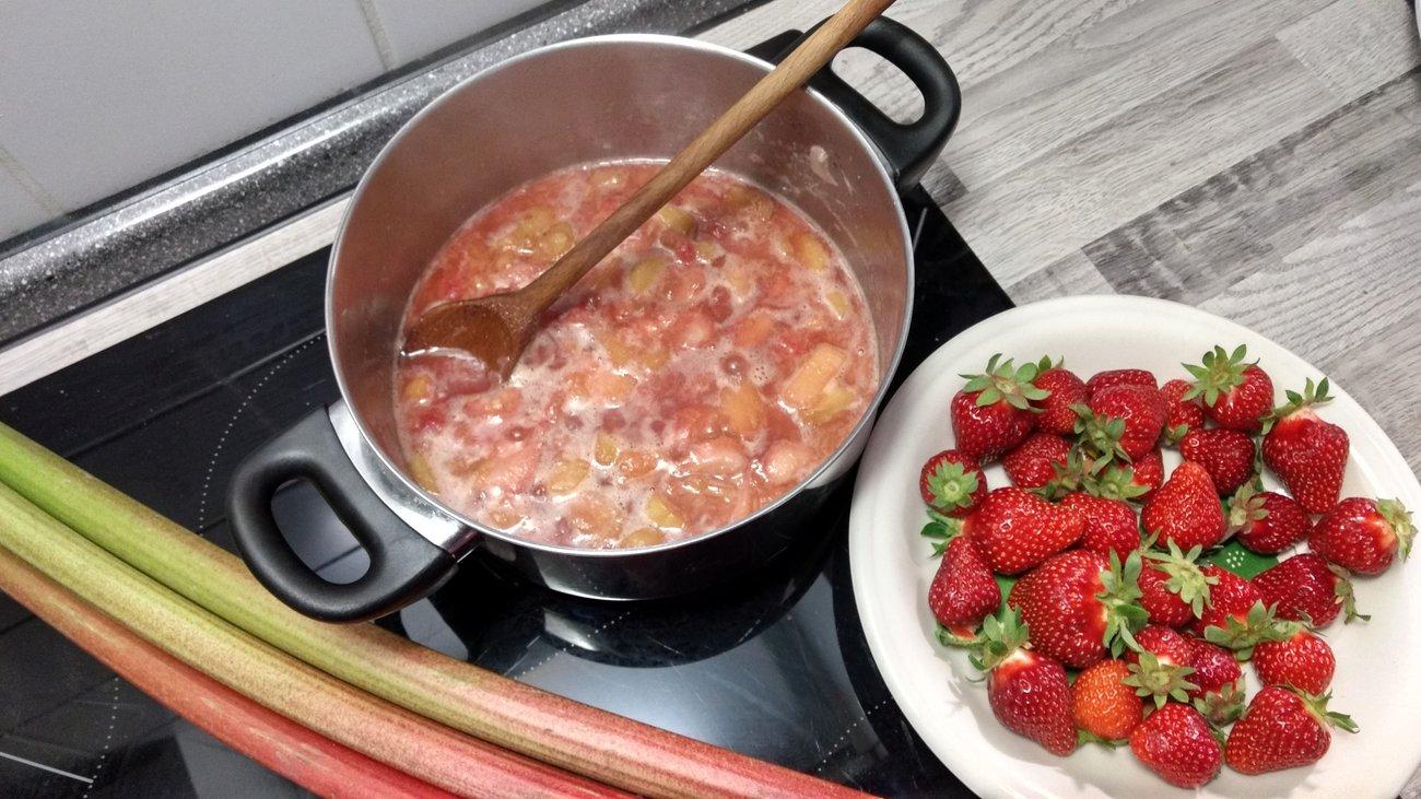 Erdbeeren und Rhabarber köcheln