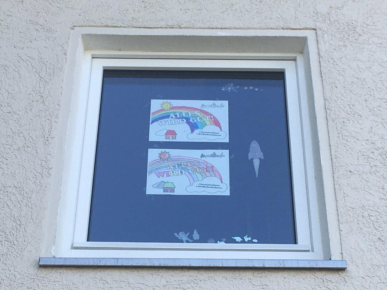 fertiges Ausmalbild im Fenster