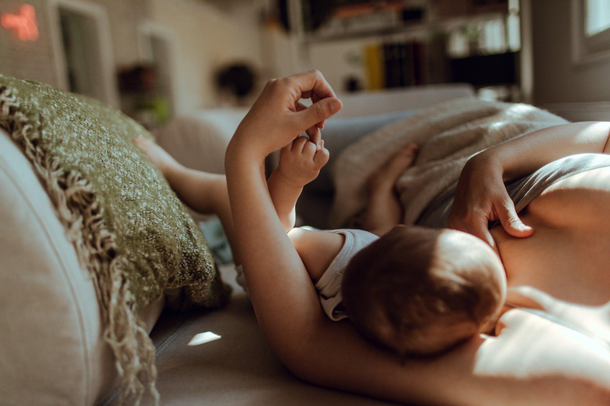 Reife Mutter nimmt Vorteil