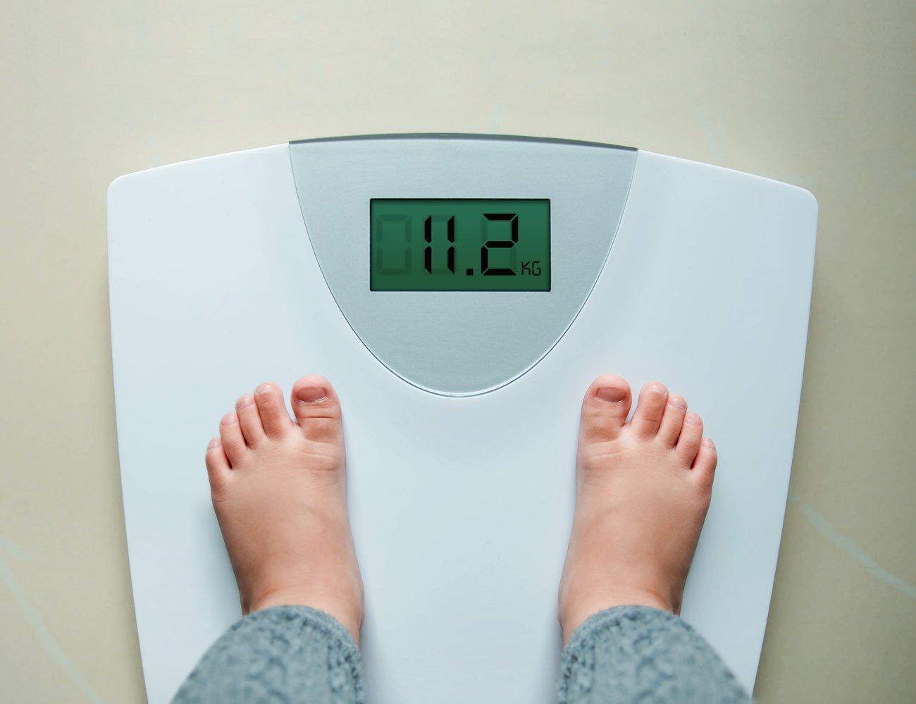 BMI-Rechner Kind: Füßchen auf der Waage